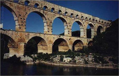 Акведук Агриппы около Нима (известный под наименованием Pont du Gard), длина которого достигает 269 м.