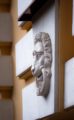 Замковый камень с маскароном в виде льва, Горки-2