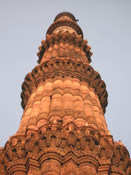 Минарет Кутуб-минар в Дели. Комплекс мечети Кувват аль-Ислам