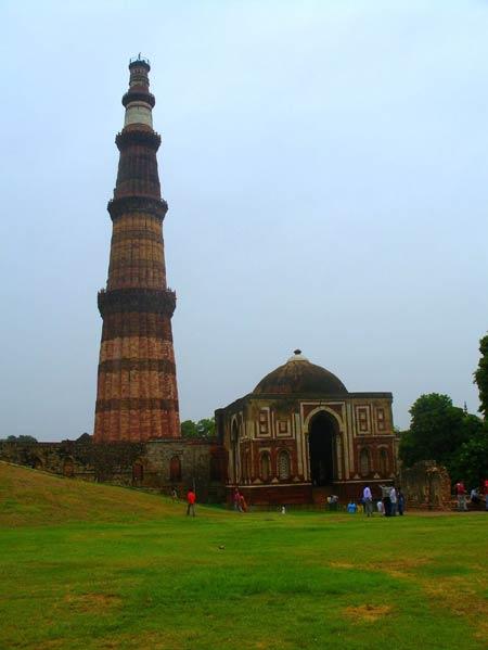 Минарет Кутуб-минар и мавзолей султана Шамс ад-дина Илетмиша в Дели. Комплекс мечети Кувват аль-Ислам