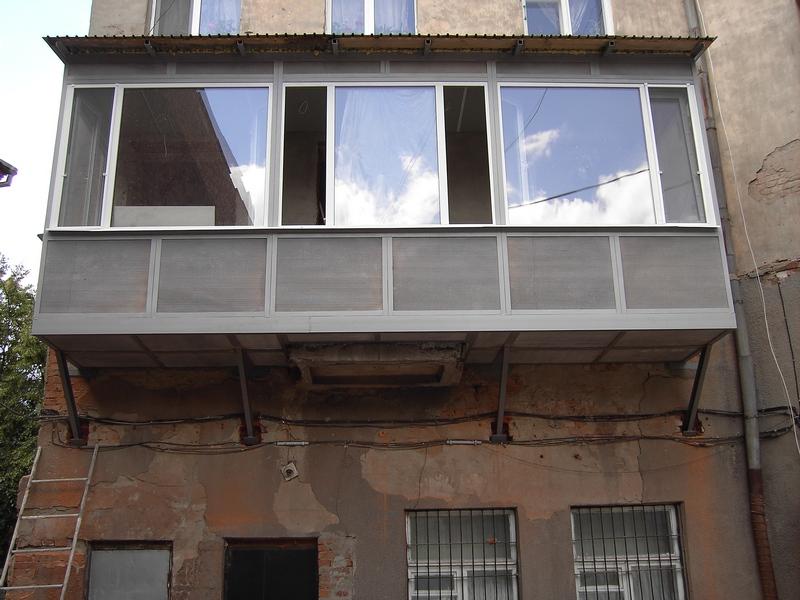 Эксплуатация выступающих элементов на фасаде здания: балконы.