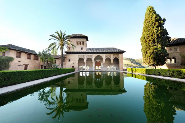 Внутренняя территория дворца Альгамбра