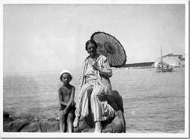 Фриденсрайх Хундертвассер с матерью на море. 1932 год